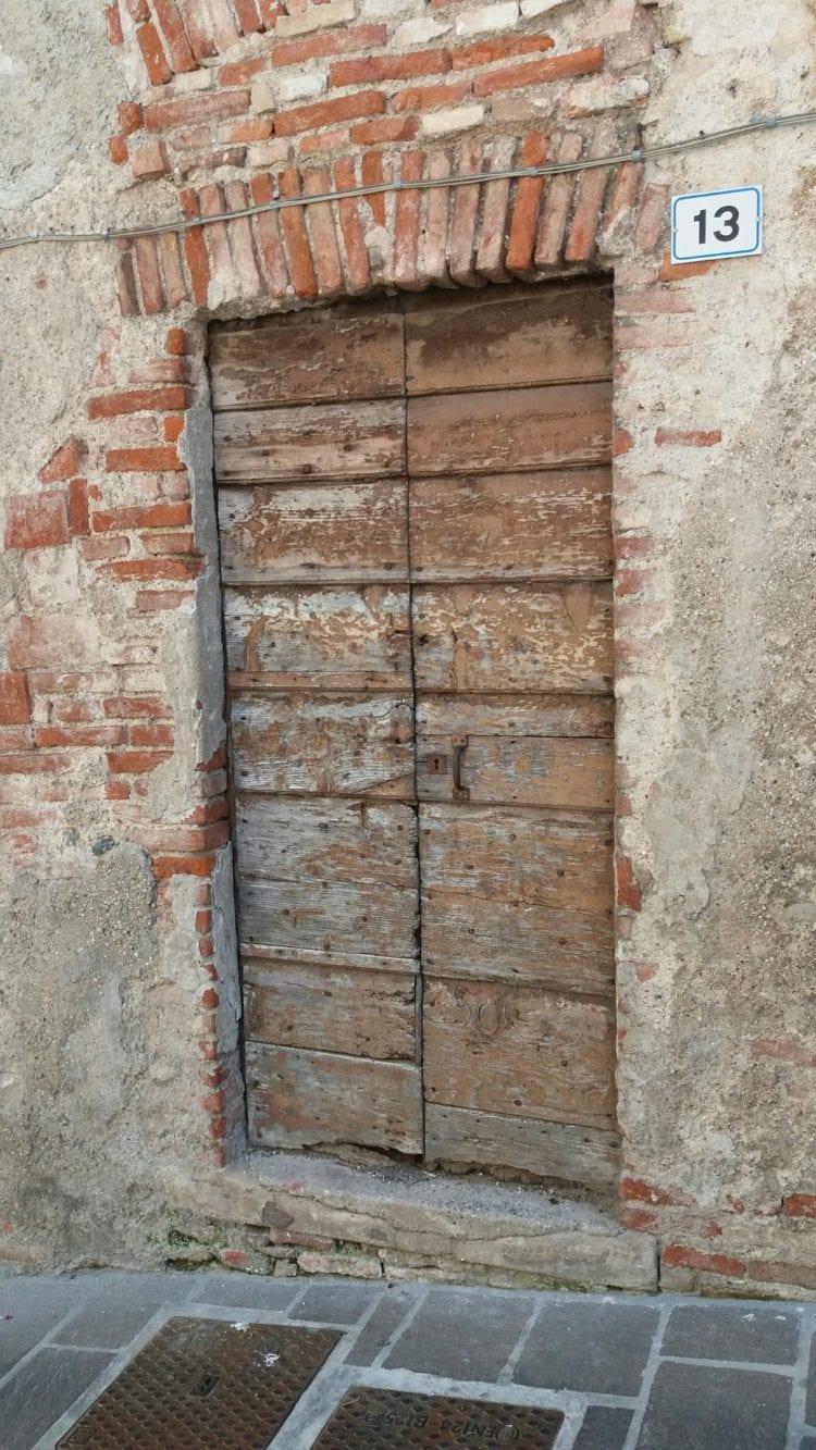 Holztür in altem Haus